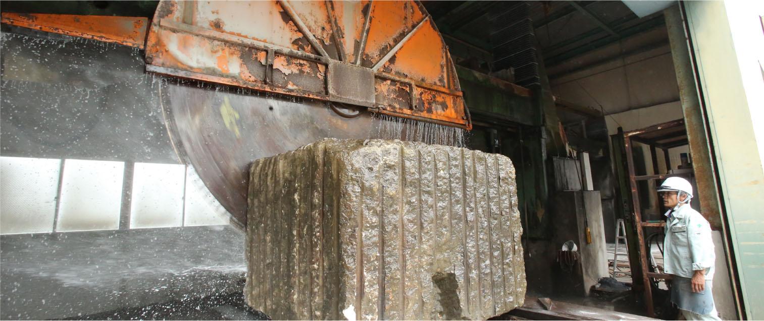自然石や大理石調のセラミックタイルを加工から施工まで